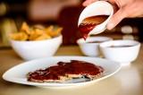 Pierna horneada a los tres chiles en salsa de tamarindo