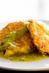 Tortitas de pollo deshebrado en salsa verde